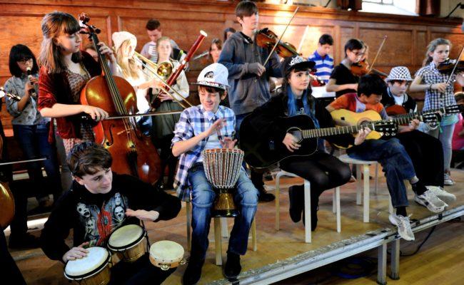 Приглашаем взрослых и детей в нашу музыкальную школу!
